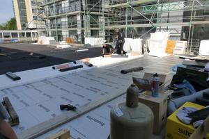 Zunächst verlegten die Dachdecker Bitumenschweißbahnen, darüber PU-Hartschaumdämmplatten und EPS-Gefälldedämmplatten<br />