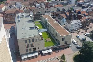 """Das Gebäude des ehemaligen """"Hertie""""-Kaufhauses in Lünen wurde so umgebaut, dass in der Mitte ein Gründach entstand"""