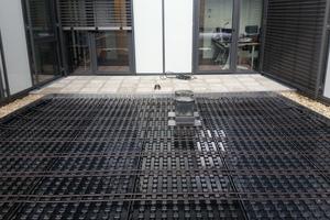 """Im Dränelement """"Aquatec AT 45"""" sind die Tropfschläuche fertig verlegt und die Speichermulden bereits mit Wasser gefüllt"""