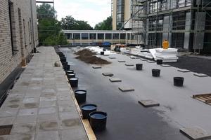 """Ein graues """"Systemfiltervlies PV"""" dient als Trenn- und Schutzlage oberhalb der Dachabdichtung"""
