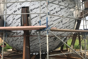 Für den Bau der Kugel wurde am Boden eine Tragkonstruktion aufgebaut, deren Träger exakt die Position der Auflagerpunkte oben auf dem Turm vorgaben