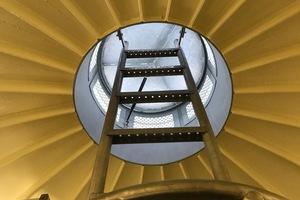 <strong>Der Blick in den oberen Abschluss der Kugel zeigt die verschweißte Stahlkonstruktion. Über dem Wasserreservoir befindet sich ein Aufsatz mit Belüftungsöffnungen</strong>Fotos: Rheinzink