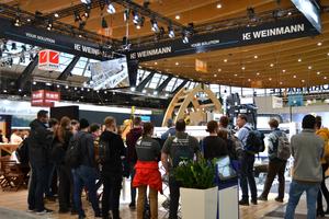 Besucher am Weinmann-Stand auf der Dach+Holz 2020 in Stuttgart<br />