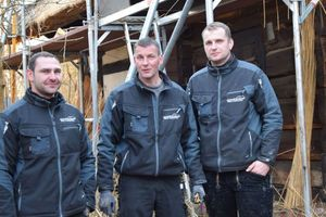 Dachdeckermeister Daniel Girke (rechts) mit seinen beiden Mitarbeitern Enrico Diedemann und Daniel Schultchen (links)<br />
