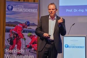 Die Unfallzahlen im Baugewerbe und speziell im Zimmererhandwerk seien weiterhin hoch, erklärte Prof. Dr.-Ing. Marco Einhaus von der BG Bau in seinem Vortrag