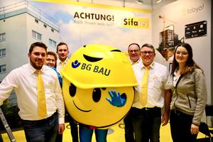 Das Sifatec-Team mit dem Maskottchen der BG Bau<br />