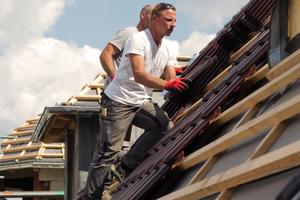 Die Dachziegel wurden werkseitig mit einem Dachstick zur Windsogsicherung ausgestattet<br />