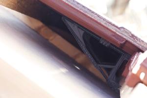"""Damit sitzt der Dachziegel fest und ist gegen Sturm gesichert. Erhältlich ist der Dachstick derzeit nur für den Dachziegel """"F 12 Ü Süd"""" von Nelskamp<br />"""