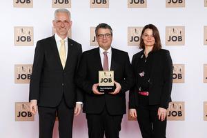 Sigmar Gabriel (Mitte) überreichte Sita Geschäftsführer Thomas Kleinegees und Manuela Holtkamp, Assistentin der Geschäftsleitung, das Top Job-Siegel 2020