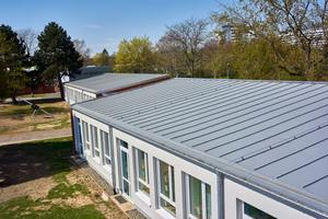 """Mit den aufgeschweißten """"Rhepanol""""-Stehfalzprofilen soll die Optik des alten Daches aufgegriffen werden"""
