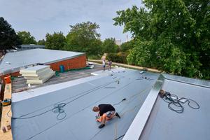 Die Anschlüsse an den Dachrändern erstellten die Dachdecker mit Verbundblechen aus dem FDT-Sortiment