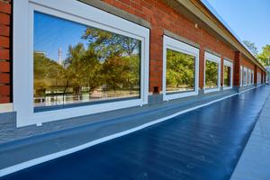 Für den Anschluss der Dachabdichtung an die Wände der Pultdächer nutzten die Dachdecker Anschlussbahnen und Flüssigkunststoff