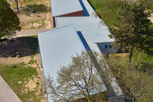"""Das Schulgebäude hat zwei Pultdächer mit jeweils 7 Grad Neigung und eine Flachdachfläche mit 3 Grad Neigung<span class=""""bildnachweis"""">Fotos: FDT/Sven-Erik Tornow</span>"""