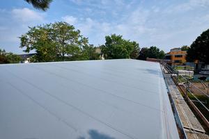 """Die steiler geneigten Pultdachflächen wurden mit selbstklebenden """"Rhepanol hfk sk""""-Bahnen abgedichtet"""