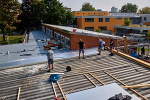Das flachere Dach mit Holztragwerk erhielt eine einlagige Dämmschicht aus PUR-Dämmplatten