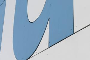 Detail des Schriftzugs von Holzbau Henz an der neuen Fassade der Werkhalle