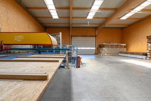 Im witterungsgeschützten Produktionsbereich der neuen Halle werden Wand-, Dach- und Deckenelemente vorgefertigt