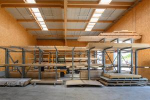Ein Teil der neuen Werkhalle wird als Langholzlager genutzt<br />