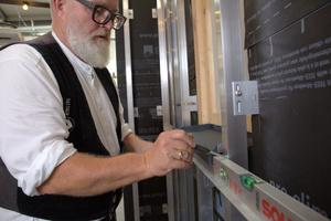 Vor dem Plattenzuschnitt wird das Höhenmaß unterhalb des Fensters ermittelt: Oberkante Verbundplatte ergibt sich aus Unterkante Fensterblech abzüglich Fugenbreite