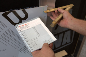 Die Randabstände an der Verbundplatte betragen laut Verlegerichtlinie ≥ 25 mm und ≤ 50 mm. Als praxisgerecht bewährt haben sich an den vertikalen Rändern 25mm und an den horizontalen 45 bis 50mm, um auch die Mindestrandabstände der Befestigungen an der UK zu gewährleisten