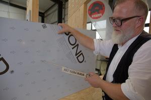 Die Aluminium-Verbundplatten haben sowohl auf der Rückseite, als auch vorderseitig auf der Schutzfolie die Verlegerichtung (Lackierrichtung) aufgedruckt. Dies muss bei der Platteneinteilung und Verlegung beachtet werden