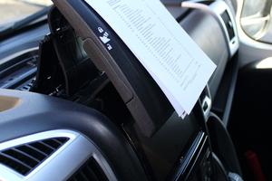 Rechts: Der ausklappbare Halter am Armaturenbrett dient zum Einklemmen von Tablets, Smartphones oder zum Anklemmen von Zetteln<br />