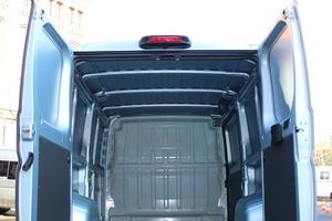 """Die Hecktür des """"L2H1"""" gibt eine Öffnung von 1,56 m Breite und 1,5 m Höhe frei. In der Bremsleuchte über der Hecktüre ist die Rückfahrkamera installiert<br />"""
