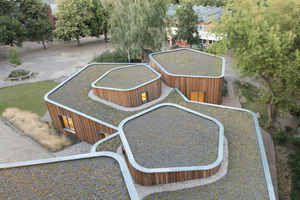 Das Hortgebäude der Freien Waldorfschule am Prenzlauer Berg hat unterschiedlich geneigte, begrünte Dachflächen