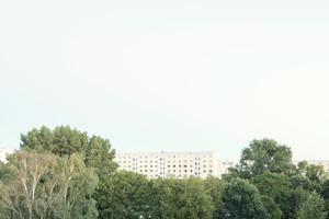 Das Gebäude besteht aus aneinander gereihten, unterschiedlich großen Baukörpern