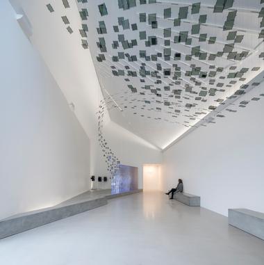 """Interaktive Stationen und Multimedia-Angebote prägen die Ausstellung im Wattenmeerzentrum, hier ein """"Vogelschwarm"""" aus 562 LCD-Displays<span class=""""bildnachweis"""">Fotos: Adam Mørk</span>"""