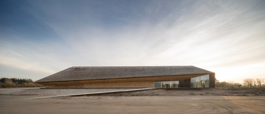 """Das Wattenmeerzentrum im dänischen Ribe: Die Nordseite ist bis zum First mit Reet verkleidet. Nur an zwei Teilstücken ist die Holzverkleidung sichtbar <span class=""""bildnachweis"""">Foto: Adam Mørk</span>"""