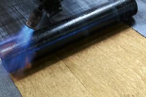 """Die neue """"Bitrock""""-Dämmplatte aus Steinwolle mit 60-140 mm Dicke hat eine spezielle Oberfläche, die den Haftverbund zwischen der Dämmung und aufgeschweißten Bitumenbahnen sichert"""