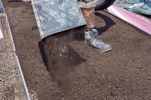 Oberhalb der XPS-Dämmung wird eine Kiesschicht aufgebracht, die als Drainageschicht dient. Nach dem Verlegen eines Trennvlies folgt die Dachbegrünung