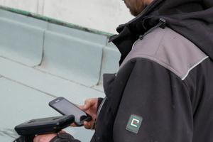 Mit Scanner und Smartphone wird der Status der Sensoren in der Dämmung geprüft<br />