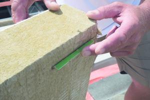 Einschieben eines Sensors in die Unterseite einer Mineralwolldämmplatte