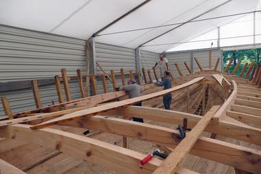 Das Tragwerk wird von innen beplankt, dabei werden die Planken mit Stahlnägeln befestigt