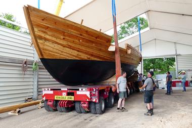Das Schiff wird auf einen Tieflader geladen und zur Mosel transportiert