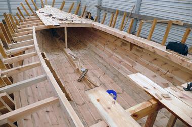 Durch die Beplankung von innen entsteht ein Laufboden im Schiff<br />