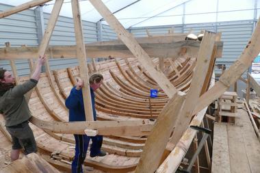 Nachdem die Querhölzer (Spanten) eingebaut sind, die das Tragwerk des Schiffes bilden, werden die Schablonen entfernt