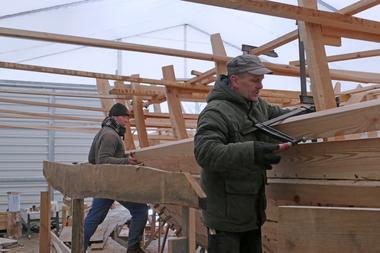 Von außen werden die Planken zunächst provisorisch mit Zwingen befestigt