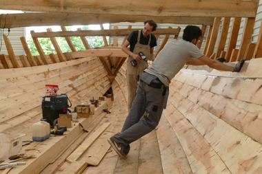 Montage der Planken am Schiffskörper von innen
