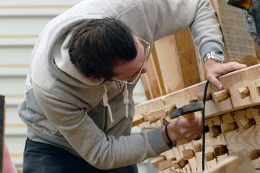 Zur endgültigen Fixierung werden die Planken mit Holznägeln befestigt<br />