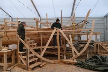 Für den Bau des Schiffes wurden Mallen genutzt, das sind Schablonen, an denen man sich beim Bau der Schiffsform orientiert