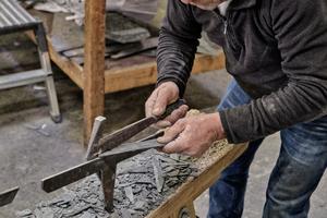 Die Schiefersteine wurden traditionell mit Haubrücke und Schieferhammer bearbeitet