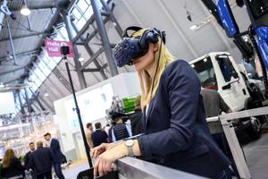 Wie es sich anfühlt, mit einer Arbeitsbühne in bis zu 51 Meter Höhe zu fahren, machte die Firma Böcker mit einer Virtual-Reality-Simulation am Messestand deutlich