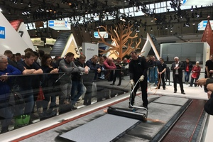 Verschweißen einer Icopal-Bitumenbahn am BMI-Messestand der Dach+Holz