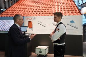 Guido Hörer vom Marketing und Vertrieb der Erlus AG (links) im Gespräch mit dem amtierenden Zimmererweltmeister Alexander Bruns (rechts)<br /> <br />