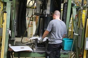 Anschlussmanschetten werden in eine Maschine eingelegt, später wird PU-Schaum zugeführt