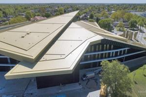 Der Neubau in Lettland vereint Musikschule, Konzertsaal, Übungsräume und eine Bibliothek unter einem mit Stehfalzprofilen eingedeckten Dach<br />