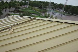 Für Wartungs- und Instandhaltungsarbeiten wurde das Dach mit einem Edelstahlseilsystem ausgestattet<br />
